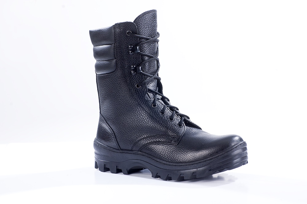 Ботинки с высоким берцем Бутекс Омон черные Берцы<br>Зимние ботинки с высоким (24 см) берцем на <br>подошве из ТЭП (термоэластопласт) клее-прошивного <br>метода крепления. Ботинки изготовлены из <br>натуральной хромовой кожи толщиной 1,6 мм. <br>Носок и пятка подошвы приподняты, что создаёт <br>удобство при ходьбе. В качестве утеплителяиспользуется <br>натуральный мех овчина. Носочная и пяточная <br>часть ботинка для сохранения формы продублированы <br>термопластическим материалом. Эта модель <br>удобна для людей с высоким подъёмом ноги. <br>Глухой клапан препятствует попаданию внутрь <br>ботинка посторонних предметов и снега. <br>Данная модель пользуется успехом у сотрудников <br>силовых структур и у людей, увлекающихся <br>активными видами отдыха на природе<br><br>Пол: мужской<br>Размер: 41<br>Сезон: зима<br>Цвет: черный