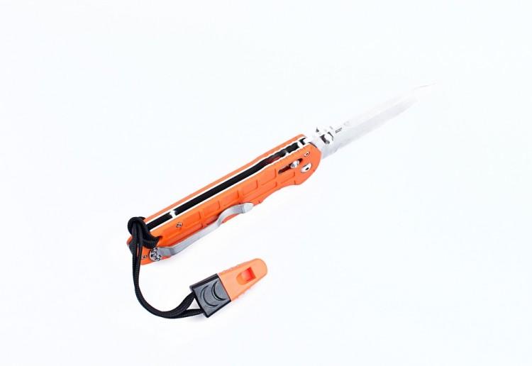 Нож Ganzo G7452P-WS (черный, оранжевый)Карманные ножи<br>Описание ножа Ganzo G7452P-WS: Нож Ganzo G7452P-WS сделан <br>складным, чтобы его было легко перевозить <br>в числе другого походного снаряжения. В <br>то же время, его размеры очень удобны для <br>выполнения самых разных видов работ, с которыми <br>сталкиваются туристы. Размер клинка этого <br>ножа составляет 9 см. Он сделан из нержавейки <br>440С. Этот металл &amp;mdash; один из наиболее часто <br>используемых в ножевой индустрии благодаря <br>выгодному сочетанию стойкости к коррозии <br>и возможности держать заточку. Форма клинка <br>ножика &amp;mdash; drop point. Его поверхность практически <br>полностью матовая, так как обработана по <br>технологии Stonewash. Преимущество такой обработки <br>в том, что на металле становятся гораздо <br>менее заметными любые царапины или потертости. <br>Режущая кромка от начала и до конца гладко <br>заточена. Этот универсальный тип заточки <br>удобен в подавляющем большинстве случаев. <br>Рукоятка ножа получила две накладки из <br>стеклопластика G10. Он превышает по качеству <br>другие виды пластиков и сравним прочностью <br>с металлом. Помимо того, такая рукоятка <br>не много весит, не подвержена коррозии и <br>не впитывает воду. Накладки крепятся тремя <br>маленькими болтами и одним более крупным. <br>С одной стороны рукоятки также прикручена <br>клипса, чтобы нож можно было повесить на <br>ремень. В зависимости от предпочтений пользователя, <br>ее можно переставить и на другую сторону. <br>В модели Ganzo G7452Р-WS рисунок на накладках <br>рукоятки &amp;mdash; крупная фактурная сетка. Помимо <br>того, к рукоятке уже присоединен небольшой <br>темляк, на другом краю которого имеется <br>свисток. Так что нож Ganzo G7452P-WS сделан максимально <br>функциональным для туристов. С помощью <br>свистка, можно дать знать о своем местонахождении <br>товарищам, с которыми вы отправились на <br>природу. Немаловажная деталь ножа &amp;mdash; это <br>замок для фиксации лезвия в открытом