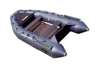 Лодка ПВХ Лидер-340 (под мотор 15л.с)(3 части) Моторные или под мотор<br>Модель Лидер-340 имеет оригинальную форму, <br>которая придает лодке стремительность. <br>Эта лодка может эксплуатироваться с подвесным <br>двигателем мощностью до 15 л.с. Все модели <br>данной серии имеют жесткий настил из водостойкой <br>фанеры, который легко собирается при помощи <br>специальных алюминиевых профилей. Сливная <br>пробка позволяет удалять воду во время <br>движения лодки под мотором, что существенно <br>повышает комфортабельность при эксплуатации. <br>Благодаря применению в конструкции надувного <br>киля, лодки прекрасно ведут себя на воде <br>и позволяют добиваться высокой скорости <br>при меньшей мощности двигателя. ОбЪемная <br>носовая сумка позволяет разместить в ней <br>необходимый багаж. Лодка упаковывается <br>в три сумки, что максимально позволяет снизить <br>вес каждой сумки. Для защиты днища от порезов <br>и потертостей на лодках данной серии мы <br>устанавливаем дополнительный ПВХ-профиль. <br>Максимальная пассажировместимость - 4 человека <br>предполагает использование лодки для охоты, <br>рыбалки, в качестве вспомогательного плавсредства <br>на борту яхты или катера, а также для семейного <br>отдыха на воде. Технические характеристики: <br>Длина (см) 340 Ширина (см) 150 Диаметр баллона <br>(см) 40 Пол водост. фанера Воздушные отсеки <br>3+1 Максимальная мощность мотора (л.с.) 15 Количество <br>пассажиров 4 Максимальная грузоподъёмность <br>480 Вес (кг) 62 Основная стандартная комплектация: <br>весла (2 шт) помпа-насос сумка упаковочная <br>(3 шт.) аптечка с рем комплектом слани (в комплекте) <br>банки (сиденья) деревянные (2 шт.) инструкция <br>Дополнительная комплектация для данной <br>модели: надувное сиденье, дополнительное <br>деревянное сиденье, металлические рымы <br>на транец, спасательный жилет, дополнительная <br>сумка бод банку, днище усиленное привальной <br>лентой стояночный чехол, тент камуфляжной <br>расцветки.<br>