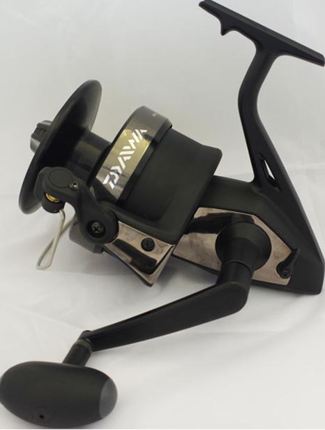 Катушка б/ин. DAIWA DF Cat 100Безынерционные<br>Шпуля, ротор и частично корпус катушки <br>выполнены из алюминиевого сплава, что позволяет <br>эксплуатировать катушку в силовом режиме <br>с экстремальными нагрузками. Вместительная <br>шпуля допускает применение монофильных <br>лесок большого сечения. А мощный фрикцион <br>рассчитан на борьбу с самыми крупными трофеями.<br>