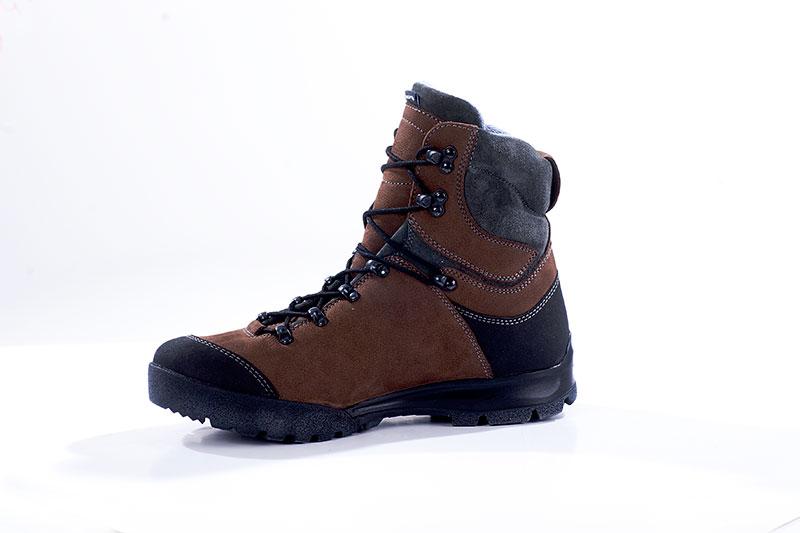 Ботинки Бутекс Росомаха велюр коричневые Берцы<br>Зимние ботинки на двухслойной (ПУ +резина) <br>подошве клеевого метода крепления. Ботинки <br>изготовлены из гладкой натуральной хромовой <br>кожи толщиной 1,6 мм. В качестве утеплителя <br>используется современный синтетический <br>материал «PRIMALOFT» . Передняя и задняя части <br>ботинка защищены от механических повреждений <br>и влаги накладкой из кожи «Матрикс». Носочная <br>и пяточная часть ботинка для сохранения <br>формы продублированы термопластическим <br>материалом. На верхней части берца крючки <br>для быстрой шнуровки. Глухой клапан препятствует <br>попаданию внутрь ботинка посторонних предметов <br>и снега. Данная модель пользуется успехом <br>у молодёжи и у людей, увлекающихся активными <br>видами отдыха на природе.<br><br>Пол: мужской<br>Размер: 40<br>Сезон: зима<br>Цвет: черный