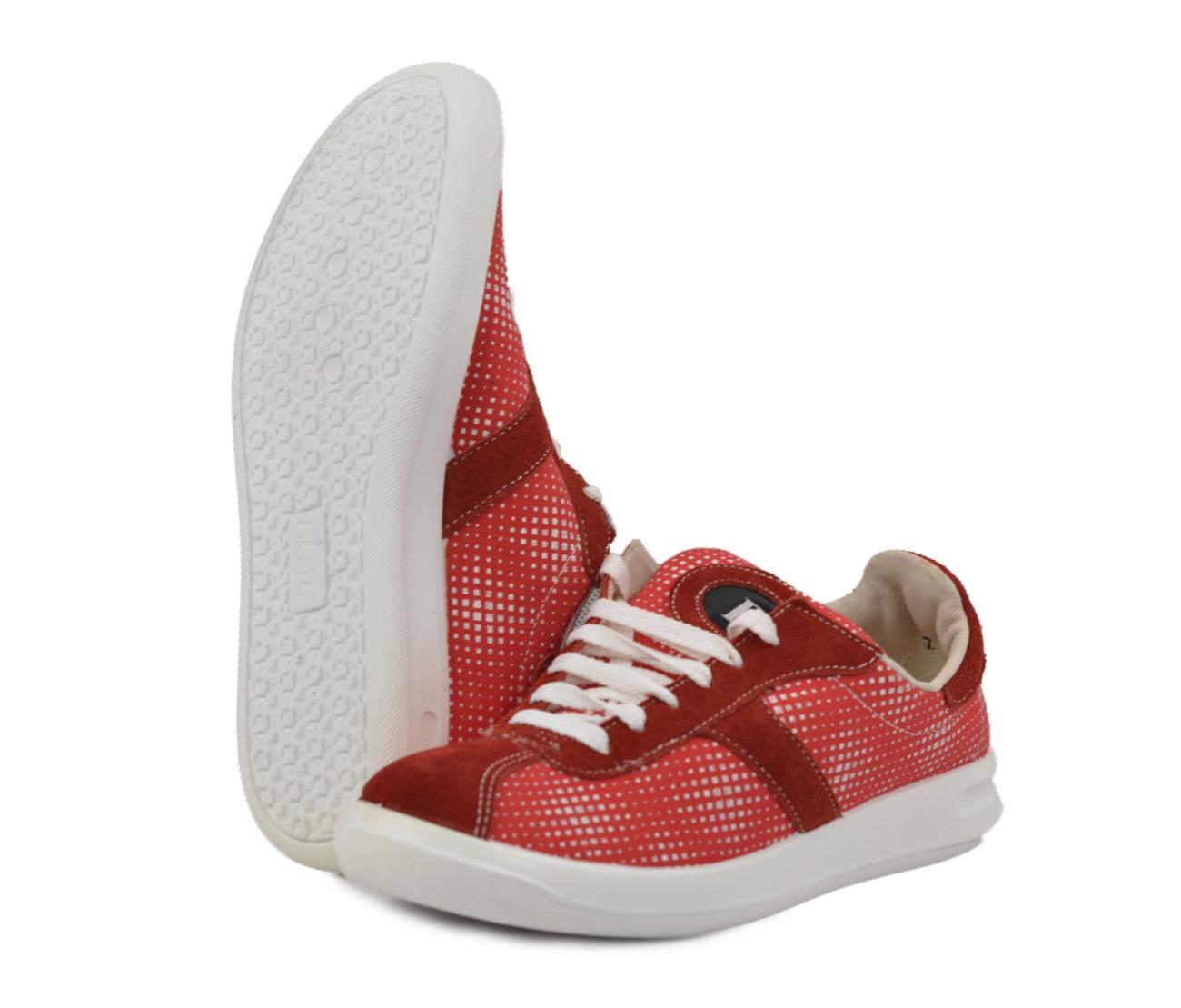 Кроссовки ACTIVE-03 ( женские) (40)Кроссовки<br>Разработки для спортивной обуви удачно <br>воплотились в кроссовках для повседневной <br>носки. Благодаря удобной колодке ноги не <br>устают в течение дня. Полиуретановая подошва <br>отличается надежностью и долговечностью. <br>Каждая пара в индивидуальной упаковке.<br><br>Пол: женский<br>Размер: 40<br>Сезон: лето