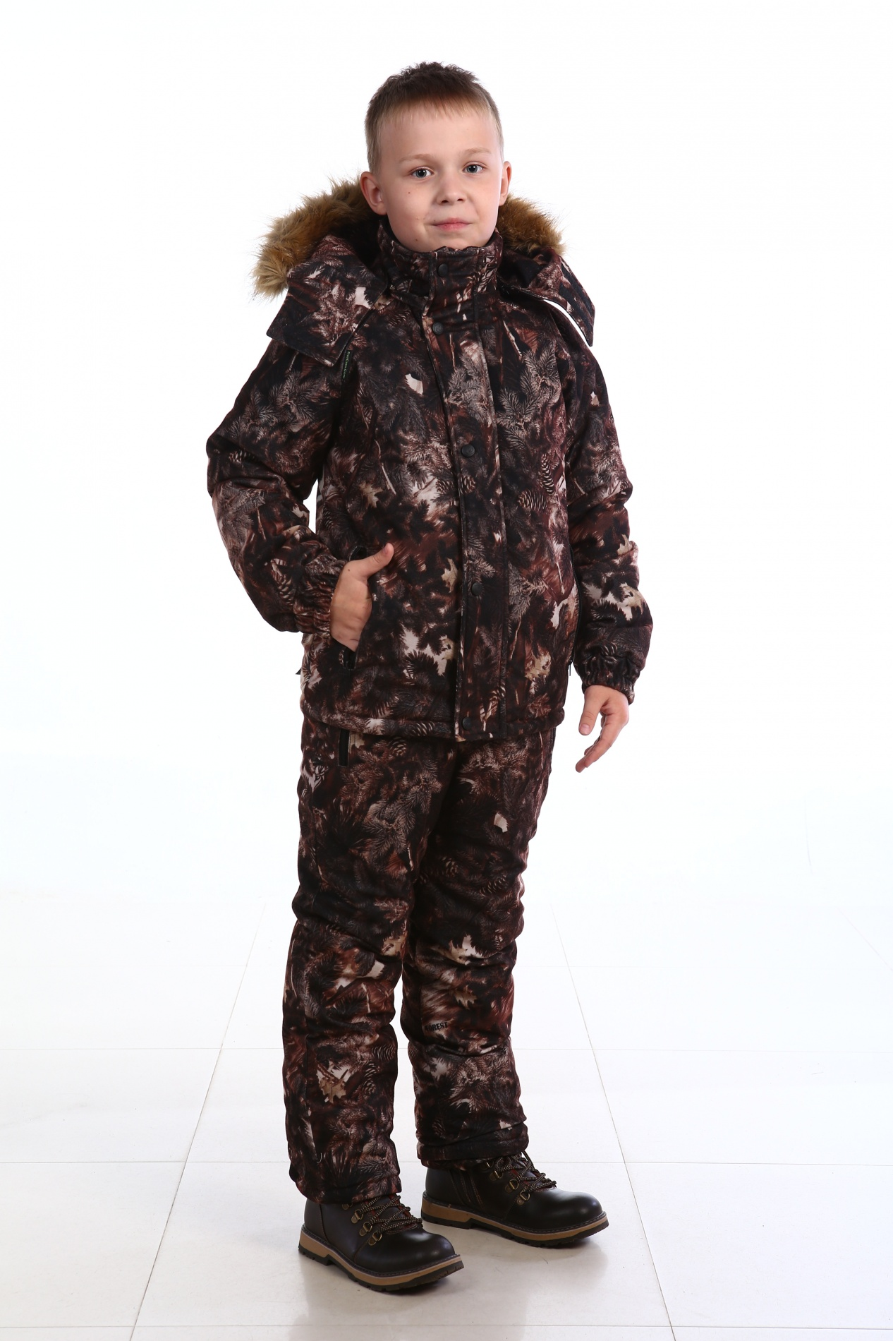 Костюм зимний детский Медвежонок (146)Костюмы утепленные<br>Костюм зимний куртка+полукомбинезон. Центральная <br>застежка на фронтальную молнию, закрытую <br>ветрозащитной планкой на кнопках. Ккапюшон <br>пристегивается на молнию, с регулировкой <br>лицевой части по высоте резиновым шнуром. <br>Съемная меховая опушка из натурального <br>меха на кнопках. Регулировка низа куртки <br>резиновым шнуром. Ро низу рукавов внутренние <br>манжеты из трикотажного полотна. Центральная <br>застежка полукомбинезона на фронтальную <br>молнию. Наколенники. Бретели с эластичными <br>вставками и фастексами. Ветрозащитные юбки <br>по низу полукомбинезона. Количество карманов <br>- 5. Ткань верха: Алова Подкладка:COSMO-HEAT, Таффета, <br>190Т Утеплитель куртка:Шелтер 400г/м2 Утеплитель <br>брюки:Шелтер 200г/м2 Водонепроницаемость:3000 <br>мм Паропроницаемость:1000 г/м2/24 часа Светоотражающий <br>элемент Температурный режим: от -5 до -25°С<br><br>Пол: мужской<br>Рост: 146<br>Сезон: зима<br>Материал: Алова 100% полиэстер