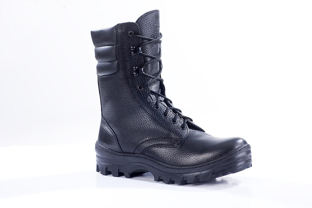 Ботинки с высоким берцем Бутекс Омон черные Берцы<br>Зимние ботинки с высоким (24 см) берцем на <br>подошве из ТЭП (термоэластопласт) клеепрошивного <br>метода крепления. Ботинки изготовлены из <br>натуральной хромовой кожи толщиной 1,6 мм. <br>Носок и пятка подошвы приподняты, что создаёт <br>удобство при ходьбе. В качестве утеплителяиспользуется <br>набивной шерстяной мех с содержанием (70%) <br>овчины. Носочная и пяточная часть ботинка <br>для сохранения формы продублированы термопластическим <br>материалом. Эта модель удобна для людей <br>с высоким подъёмом ноги. Глухой клапан препятствует <br>попаданию внутрь ботинка посторонних предметов <br>и снега. Данная модель пользуется успехом <br>у сотрудников силовых структур и у людей, <br>увлекающихся активными видами отдыха на <br>природе<br><br>Пол: мужской<br>Размер: 40<br>Сезон: зима<br>Цвет: черный