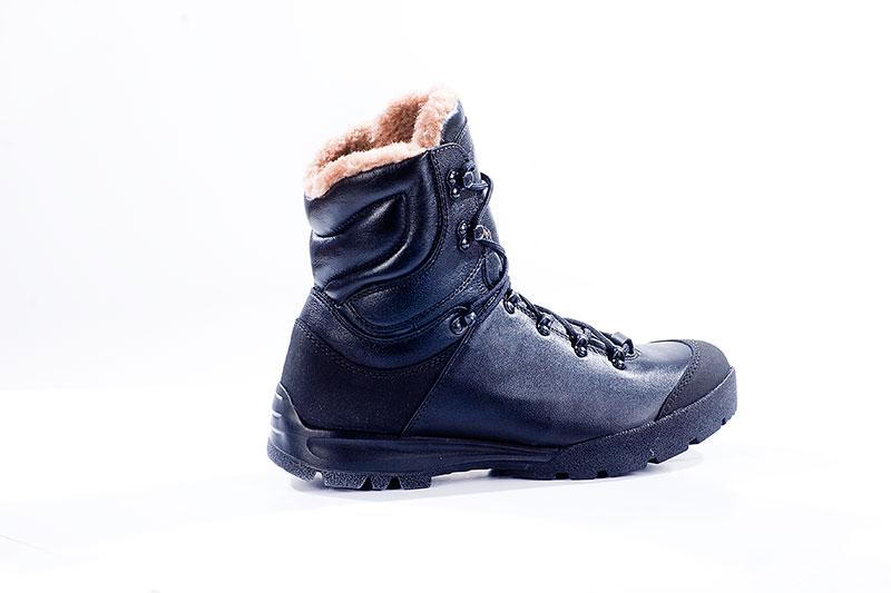 Ботинки Бутекс Росомаха черные утепленныеБерцы<br>Зимние ботинки на двухслойной (ПУ +резина) <br>подошве клеевого метода крепления. Ботинки <br>изготовлены из гладкой натуральной хромовой <br>кожи толщиной 1,6 мм. В качестве утеплителя <br>используется набивной шерстяной мех с содержанием <br>(70%)шерсти мериноса. Передняя и задняя части <br>ботинка защищены от механических повреждений <br>и влаги накладкой из кожи «Матрикс». Носочная <br>и пяточная часть ботинка для сохранения <br>формы продублированы термопластическим <br>материалом. На верхней части берца крючки <br>для быстрой шнуровки. Глухой клапан препятствует <br>попаданию внутрь ботинка посторонних предметов <br>и снега. Данная модель пользуется успехом <br>у молодёжи и у людей, увлекающихся активными <br>видами отдыха на природе.<br><br>Пол: мужской<br>Размер: 40<br>Сезон: зима<br>Цвет: черный