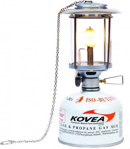 Лампа газовая Kovea KL-2905Светильники<br>Мощная и яркая газовая лампа среднего размера <br>с пъезоподжигом. Она может пригодиться <br>для освещения как стоянки, так и палатки. <br>В конструкции лампы не используются детали <br>из пластика, что исключает оплавление корпуса. <br>Очень легко и быстро меняется плафон и имеется <br>съемный светоотражающий экран сверху, который <br>позволяет «снять» с лампы наибольшее освещение. <br>Лампа работает от баллона резьбового стандарта, <br>но возможно и подсоединение к цанговому <br>баллону при помощи адаптера КА-9504, который <br>приобретается дополнительно. Модель KL-2905 <br>Вес 275 г Расход топлива 51 г/ч Размер упаковки <br>108x104x167 мм Освещение 90 lux Пъезоэлемент есть <br>Комплектация Газовая лампа, светоотражающий <br>экран, пластиковый кофр, 2 запасные сеточки, <br>инструкция по эксплуатации.<br>
