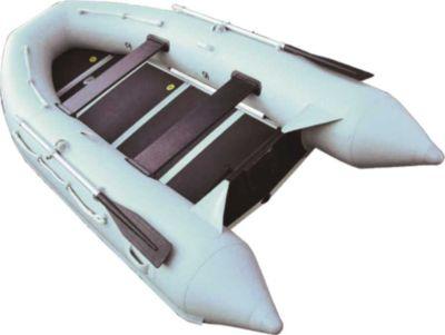 Лодка ПВХ Лидер-320 (под мотор 12л.с)(3 части) Моторные или под мотор<br>Лодка Лидер-320 имеет оригинальную форму, <br>которая придает лодкам стремительность. <br>Эта лодка может эксплуатироваться с подвесным <br>двигателем мощностью до 12 л.с. Модель данной <br>серии имеет жесткий настил из водостойкой <br>фанеры, который легко собирается при помощи <br>специальных алюминиевых профилей. Сливная <br>пробка позволяет удалять воду во время <br>движения лодки под мотором, что существенно <br>повышает комфортабельность при эксплуатации. <br>Для размещения необходимого багажа, предусмотрена <br>сумка под банку. Благодаря применению в <br>конструкции надувного киля, лодки прекрасно <br>ведут себя на воде и позволяют добиваться <br>высокой скорости при меньшей мощности двигателя. <br>Лодка упаковывается в три сумки, что максимально <br>позволяет снизить вес каждой сумки. Для <br>защиты днища от порезов и потертостей на <br>лодке устанавливается дополнительный ПВХ-профиль. <br>Максимальная пассажировместимость - 3-4 <br>человека предполагает использование лодки <br>для охоты, рыбалки, в качестве вспомогательного <br>плавсредства на борту яхты или катера. Технические <br>характеристики: Длина (см) 320 Ширина (см) <br>150 Диаметр баллона (см) 40 Пол водост. фанера <br>Максимальная мощность мотора (л.с.) 12 Количество <br>пассажиров 3-4 чел Максимальная грузоподъёмность <br>430 Вес (кг) 57<br>