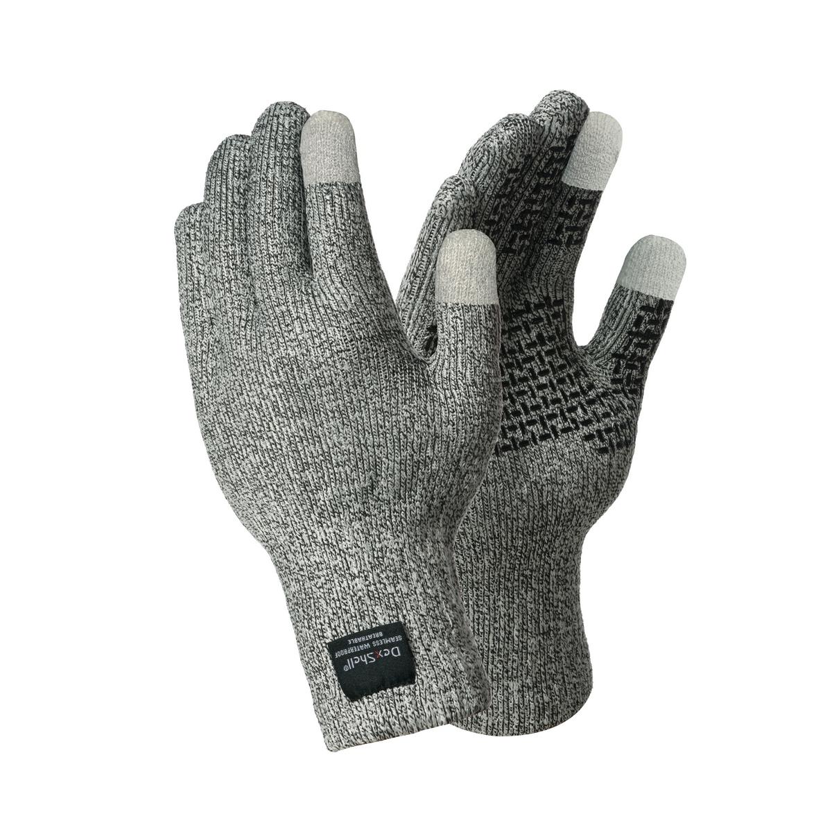 Водонепроницаемые перчатки DexShell TechShield Перчатки<br>Описание водонепроницаемых перчаток DexShell <br>TechShield Gloves DG478TS: Компания Dexshell идет в ногу <br>со временем и предлагает качественные непромокаемые <br>перчатки TechShield DG478TS с сенсорными накладками. <br>Эти перчатки совершенно не пропускают воду, <br>благодаря чему их удобно использовать на <br>рыбалке или же при выполнении любых работ, <br>подразумевающих постоянный контакт с водой. <br>Они также предлагают защиту от порезов <br>и, конечно же, от холода. А учитывая широкое <br>распространение технологий, перчатки оставляют <br>возможность для управления любыми устройствами <br>с сенсорным экраном. Особенности материалов, <br>из которых они пошиты, полностью объясняют <br>уникальные свойства этих перчаток. TechShield <br>DG478TS изготовлены сразу из трех слоев материалов. <br>За водонепроницаемость отвечает мембрана <br>Porelle®, производство которой осуществляется <br>в Великобритании. Сквозь такую мембрану <br>любая жидкость может проходить исключительно <br>в одном направлении. Поэтому TechShield не промокают <br>даже если руки полностью погрузить в воду. <br>Зато пот от кожи легко и быстро отводится <br>наружу. А вот циркуляции воздуха мембрана <br>не препятствует и руки в перчатках чувствуют <br>себя абсолютно комфортно. С обеих сторон <br>мембрана закрыта не менее важными по функциональности <br>материалами. Изнутри это деликатная на <br>ощупь ткань 80% состава которой приходится <br>на Coolmax — волокно с антибактериальным эффектом. <br>Также в состав ткани включены нейлон, эластик <br>и спандекс. Снаружи мембрана закрыта чрезвычайно <br>прочным материалом на основе волокон Dyneema <br>и нейлона. Сочетание этих волокон образует <br>«меланжевую» ткань, которая наделена прочностью <br>на растяжение и в состоянии защитить руки <br>даже от скользящих порезов. На поверхность <br>перчаток со стороны ладони нанесено противоскользащее <br>покрытие, благодаря которому захват становится <br>