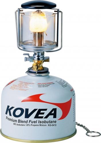 Лампа газовая Kovea KL-103 миниСветильники<br>Малая лампа с пъезоподжигом, уже давно <br>зарекомендовавшая себя с наилучшей стороны. <br>Хорошо подходит для освещения палатки, <br>салона автомобиля или небольшого бивуачного <br>пространства под тентом. Это самый бюджетный <br>вариант в линейке ламп Kovea. Высокая надежность <br>в сочетании с низкой ценой делают эту лампу <br>одной из самых популярных. Лампа работает <br>от баллона резьбового стандарта, но возможно <br>и подсоединение к цанговому баллону при <br>помощи адаптера КА-9504, который приобретается <br>дополнительно. Характеристики Вес: 168 г. <br>Освещенность: 35 lux Предварительный подогрев: <br>Нет Пьезоподжиг: Да Размер (в упак. виде): <br>60x60x110 мм Расход топлива: 38 г/ч Топливо: Газ<br>