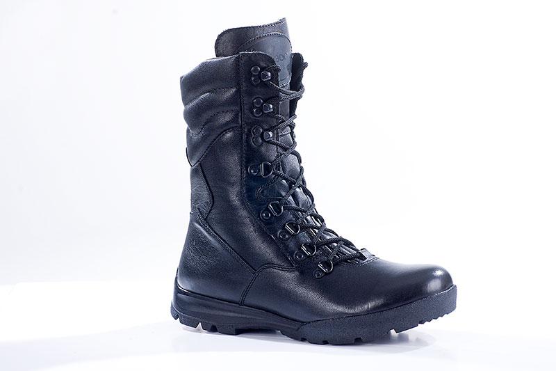 Ботинки с высоким берцем Бутекс Охотник Берцы<br>Зимние ботинки на двухслойной (ПУ +резина) <br>подошве клеевого метода крепления. Высота <br>ботинка 24 см. Ботинки изготовлены из гладкой <br>натуральной хромовой кожи толщиной 1,6 мм. <br>В качестве утеплителя используется набивной <br>шерстяной мех с содержанием (70%)шерсти мериноса. <br>Носочная и пяточная часть ботинка для сохранения <br>формы продублированы термопластическим <br>материалом. Д-образная фурнитура на союзке <br>и крючки на берце позволяют плотно и быстро <br>зашнуровать ботинок. На верхней части берца <br>крючки для быстрой шнуровки. Эта модель <br>удобна для людей с высоким подъёмом ноги. <br>Глухой клапан препятствует попаданию внутрь <br>ботинка посторонних предметов и снега. <br>Данная модель пользуется успехом у сотрудников <br>силовых структур и у людей, увлекающихся <br>активными видами отдыха на природе.<br><br>Пол: мужской<br>Размер: 41<br>Сезон: зима<br>Цвет: черный
