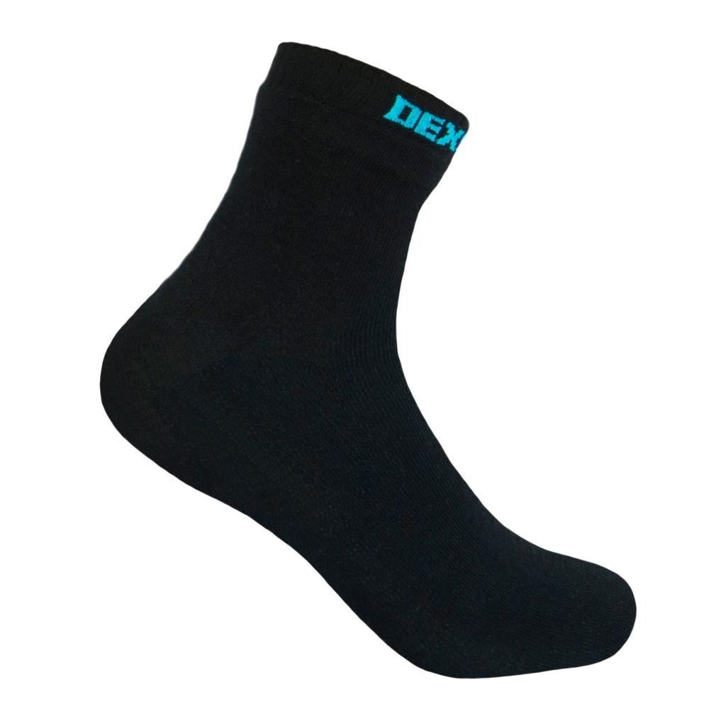 Водонепроницаемые носки DexShell Ultra Thin Socks Носки<br>Описание водонепроницаемых носков DexShell <br>Ultra Thin Socks DS663BLK: Модель DexShell Ultra Thin — это тонкие <br>и мягкие носки, которые помогут вам всегда <br>сохранять ноги сухими. В соответствии с <br>традициями бренда, они пошиты в три слоя <br>из различных по свойствам и функциям материалов. <br>Изнутри используется ткань, состоящая на <br>70% из вискозы, которая получена из бамбука. <br>Еще 30% приходится на нейлон. Такая комбинация <br>способствует прочности и износостойкости <br>материала. К тому же, бамбук — гипоаллергенное <br>волокно, которое на ощупь более мягкое, <br>нежели хлопок. Материал наружного слоя <br>на 75% состоит из модала. Это современная <br>ткань, полученная из натуральной древесной <br>целлюлозы. К ней добавлен 21% нейлона для <br>прочности, 3% эластана, обеспечивающего <br>хорошую облегаемость носков. Еще 1% приходится <br>на резинку для носков. Ну а между этими двумя <br>слоями располагается мембрана марки Рorelle, <br>которая изготавливается в Великобритании. <br>Это уникальный материал с избирательной <br>способностью пропускать сквозь себя воздух <br>и воду. Он позволяет сохранить нормальный <br>воздухообмен для кожи ног, но защитить ее <br>от влаги. Причем, ткань внутреннего и внешнего <br>слоя также способствует тому, чтобы от кожи <br>быстро отводился наружу пот. Поэтому носки <br>DexShell Ultra Thin подойдут для прогулок на природе <br>в плохую погоду и для занятий различными <br>видами спорта. Длина данной модели — до <br>щиколотки. Носки плотно обтягивают ноги, <br>но благодаря тому, что пошиты они без швов, <br>нигде не давят. Для удобства пользователей, <br>производители предусмотрели четыре разных <br>размера: S, M, L, XL. Модель выпускается также <br>в двух вариантах цвета: сером и черном. В <br>каждом случае, на резинке носков будет указана <br>их принадлежность к бренду DexShell. Из чего <br>состоят водонепроницаемые носки DexShell? Носки <br>DexShell Ultra T