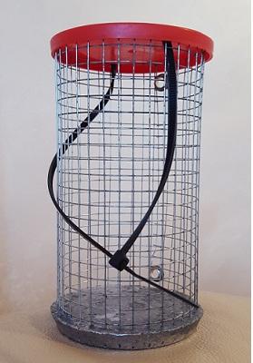 Кормушка зимняя Сетка (XTRO)Кормушки, груза, монтажи донные<br>Металлическая кормушка со свинцовым утяжелителем <br>для использования на течении. вес 210 грамм, <br>высота 90 мм, диаметр 75 мм,<br>
