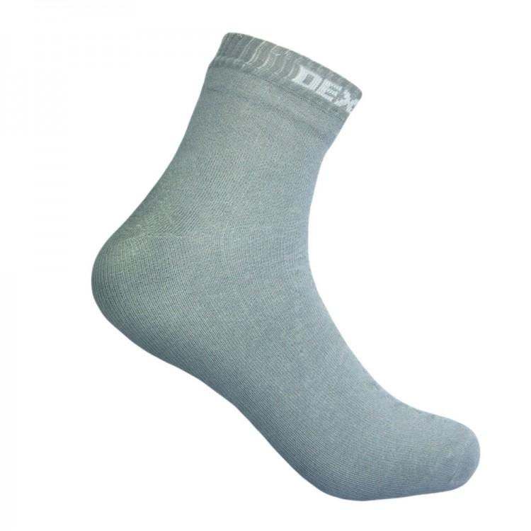 Водонепроницаемые носки DexShell Ultra Thin Socks Носки<br>Описание водонепроницаемых носков DexShell <br>Ultra Thin Socks DS663HRG: Модель DexShell Ultra Thin — это тонкие <br>и мягкие носки, которые помогут вам всегда <br>сохранять ноги сухими. В соответствии с <br>традициями бренда, они пошиты в три слоя <br>из различных по свойствам и функциям материалов. <br>Изнутри используется ткань, состоящая на <br>70% из вискозы, которая получена из бамбука. <br>Еще 30% приходится на нейлон. Такая комбинация <br>способствует прочности и износостойкости <br>материала. К тому же, бамбук — гипоаллергенное <br>волокно, которое на ощупь более мягкое, <br>нежели хлопок. Материал наружного слоя <br>на 75% состоит из модала. Это современная <br>ткань, полученная из натуральной древесной <br>целлюлозы. К ней добавлен 21% нейлона для <br>прочности, 3% эластана, обеспечивающего <br>хорошую облегаемость носков. Еще 1% приходится <br>на резинку для носков. Ну а между этими двумя <br>слоями располагается мембрана марки Рorelle, <br>которая изготавливается в Великобритании. <br>Это уникальный материал с избирательной <br>способностью пропускать сквозь себя воздух <br>и воду. Он позволяет сохранить нормальный <br>воздухообмен для кожи ног, но защитить ее <br>от влаги. Причем, ткань внутреннего и внешнего <br>слоя также способствует тому, чтобы от кожи <br>быстро отводился наружу пот. Поэтому носки <br>DexShell Ultra Thin подойдут для прогулок на природе <br>в плохую погоду и для занятий различными <br>видами спорта. Длина данной модели — до <br>щиколотки. Носки плотно обтягивают ноги, <br>но благодаря тому, что пошиты они без швов, <br>нигде не давят. Для удобства пользователей, <br>производители предусмотрели четыре разных <br>размера: S, M, L, XL. Модель выпускается также <br>в двух вариантах цвета: сером и черном. В <br>каждом случае, на резинке носков будет указана <br>их принадлежность к бренду DexShell. Из чего <br>состоят водонепроницаемые носки DexShell? Носки <br>DexShell Ultra T