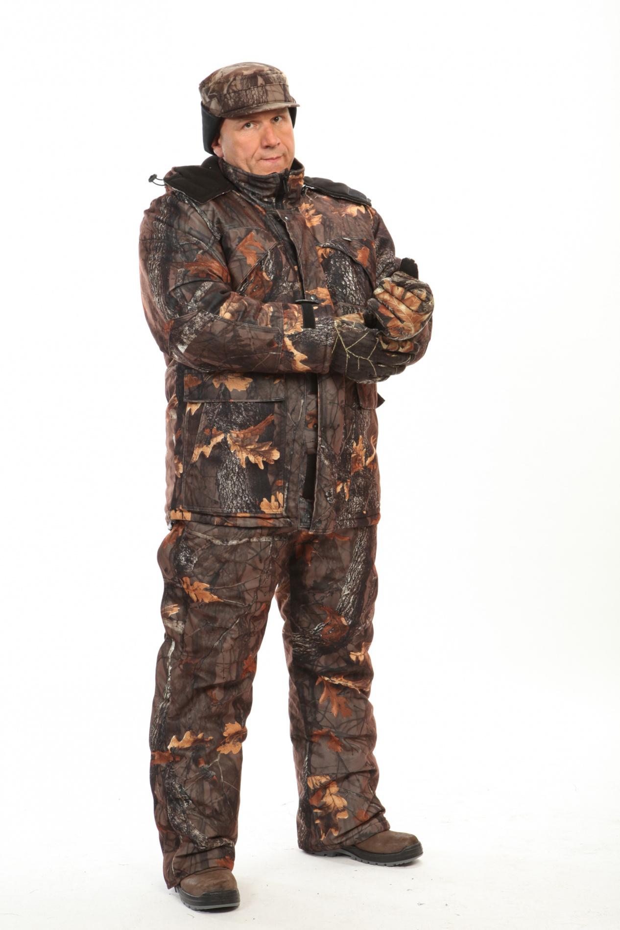 Костюм мужской Охотник зимний кмф смесовая Костюмы утепленные<br>Камуфлированный универсальный костюм <br>для охоты, рыбалки и активного отдыха при <br>низких температурах. Не шуршит. Состоит <br>из удлинненной куртки с капюшоном и полукомбинезона. <br>Куртка: • Отстегивающийся и регулируемый <br>капюшон. • Центральная застежка на молнии <br>с ветрозащитной планкой на контактной ленте. <br>• Боковые и нагрудные накладные карманы <br>с клапанами на контактной ленте. • Ветрозащитная <br>юбка на резинке по л. талии • Регуляторы <br>манжет рукавов на контактной ленте • Подкладочная <br>ткань на спинке, воротнике и капюшоне - флис <br>Полукомбинезон: • Закрывает грудь и спину. <br>• Застежка центральная на молнии. • Боковые <br>и нагрудный карманы. • Бретели регулируемые <br>с эластичной лентой. • Талия регулируется <br>эластичной лентой • Задняя часть на молнии <br>и контактной ленте, полностью отстегивающаяся <br>.<br><br>Пол: мужской<br>Сезон: зима<br>Цвет: дубовый лес (фотокамуфляж)<br>Материал: Смесовая (65% полиэфир, 35% хлопок), пл. 210 г/м2,