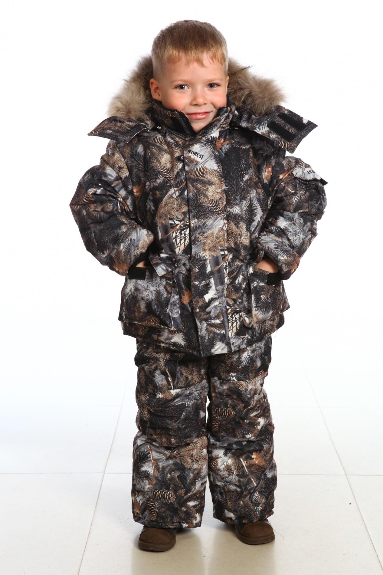 Костюм зимний детский Пингвин (128)Костюмы утепленные<br>Костюм зимний куртка+полукомбинезон - центральная <br>застежка на фронтальную молнию, закрытую <br>ветрозащитной планкой на кнопках; - капюшон <br>пристегивается на молнию, с регулировкой <br>лицевой части по высоте резиновым шнуром; <br>- съемная меховая опушка из натурального <br>меха на кнопках; - регулировка низа куртки <br>резиновым шнуром; - по низу рукавов внутренние <br>манжеты из трикотажного полотна; - центральная <br>застежка полукомбинезона на фронтальную <br>молнию; - наколенники; - усилительные накладки <br>на задних половинках полукомбинезона; - <br>бретели с эластичными вставками и фастексами; <br>- ветрозащитные юбки по низу полукомбинезона; <br>- количество карманов - 8. Ткань верха: Микрофибра <br>Утеплитель: куртка — синтепон 400 гр/м2, п/к <br>– 200 гр/м2 Подкладка: Таффета Отделка: натуральных <br>мех Водонепроницаемость: 1000 мм Паропроницаемость: <br>1000 г/м2/24 часа Температурный режим: от -10 <br>до -25°С<br><br>Рост: 128<br>Сезон: зима<br>Цвет: камуфляжный<br>Материал: Микрофибра