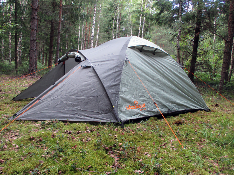 Палатка туристическая WoodLand TREK 2Палатки<br>Тент: 100% полиэстер 75D/190T PU 5000мм в ст Внутр. <br>палатка: 100% дышащий полиэстер Д но: 100% полиэстр, <br>75D/195T 7000мм в ст Каркас: 8.5 мм HQ FiberGlass Вес: 3.9 <br>кг. Двухслойная палатка с двумя входами. <br>Два Q - образных входа, дублированных антимоскитной <br>сеткой (больше возможностей для улучшения <br>вентиляции в дождливую погоду). Монтажные <br>элементы (угловые стропы с люверсами) внутренний <br>палатки и тента выполнены в ярких цветах, <br>для быстрого обнаружения в траве. Дополнительные <br>люверсы для дуг в угловых стропах внутренний <br>палатки. Кармашки для мелочей, крючок для <br>фонарика. Дополнительные кармашки, чтобы <br>убирать открытый полог входа. Оттяжки со <br>светоотражающей вставкой. Кармашки для <br>оттяжек. Удобные пряжки для регулировки <br>длины оттяжки. Два вентиляционных клапана <br>с защитой от косого дождя. Внешний тент <br>палатки устойчив к ультрафиолетовому излучению. <br>Большой, вместительный тамбур. Все швы проклеены. <br>Идеальна для туристических походов в весеннее, <br>летнее и осеннее время.<br>