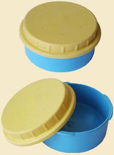 Коробка для мотыля (Барнаул)Коробки для наживки<br>Банка для насадки - легкая и вместительная <br>- идеальна для хранения рыбацкой насадки. <br>Надежность и простота закрывания банки, <br>а также вентиляционные отверстия в крышке <br>позволят сохранить насадку живой в течение <br>достаточно длительного периода времени. <br>Диаметр банки - 106 мм, высота - 56 мм. Банка <br>изготовлена из полиэтилена.<br>