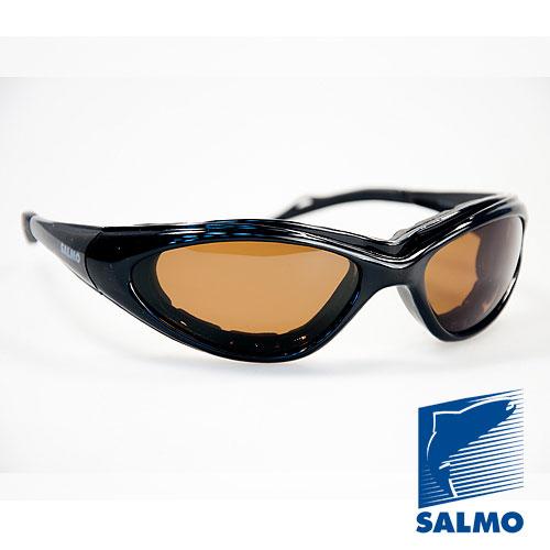 Очки Поляризационные Salmo 19Очки для активного отдыха<br>Очки поляризационные Salmo 19 толщ.линз.0,65мм/мат.опр.поликарбонат <br>Поляризационные очки предохраняют глаза <br>рыболова от инфракрасного излучения солнца. <br>Они снижают солнечные блики от воды, во <br>время рыбалки. Эти очки позволяют рыболову <br>смотреть «сквозь воду» и ловить рыбу целый <br>день против солнца. • Ярлык-тестер, для <br>проверки качества поляризации. • цвет стекол: <br>коричневые упаковка: чехол из ткани.<br><br>Пол: унисекс<br>Сезон: лето