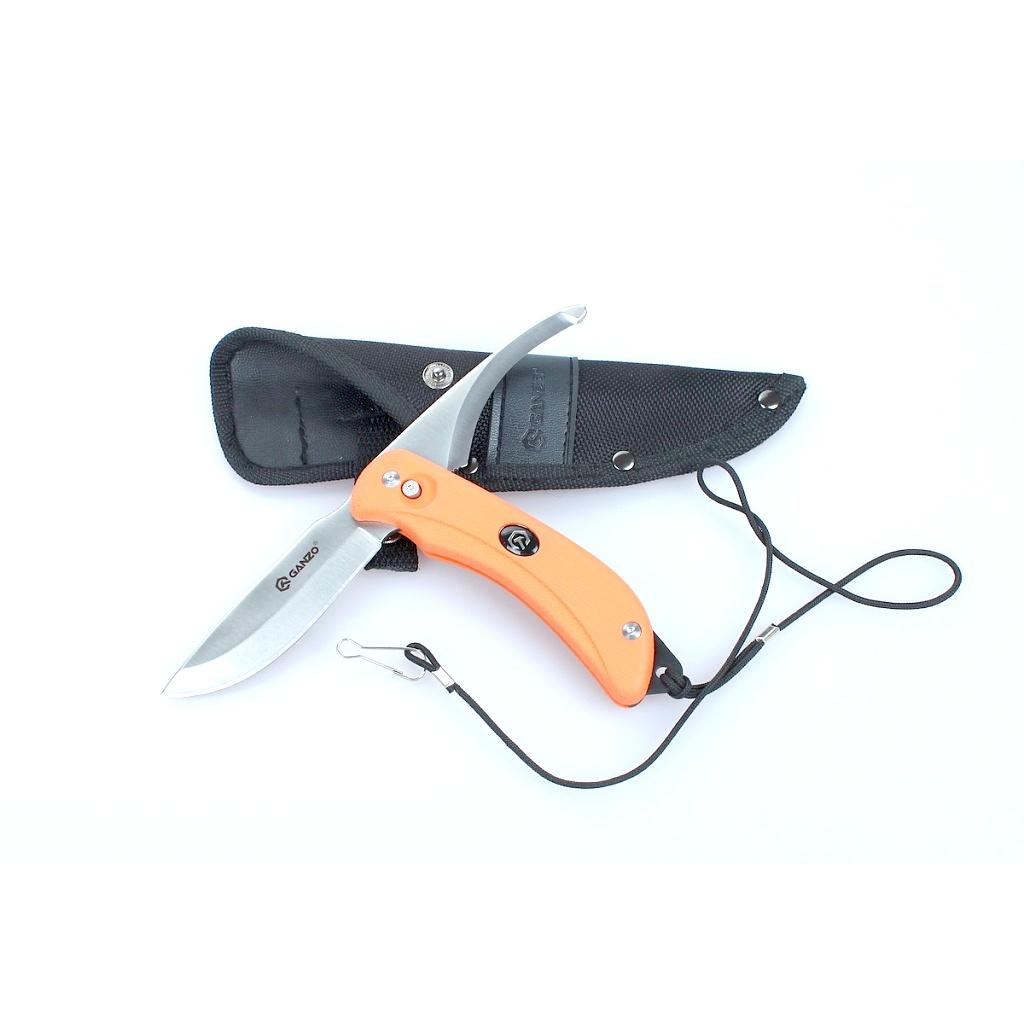 Нож Ganzo G802 (черный, оранжевый) АвантмаркетНожи<br>Описание G802: Ganzo G802 &amp;mdash; одна из наиболее <br>интересных моделей в ассортименте этого <br>бренда. Нож оснащен сразу двумя клинками, <br>каждый из которых может использоваться <br>поочередно. Материал для них &amp;mdash; это легированная <br>нержавеющая сталь с твердостью закалки <br>порядка 57 HRC. Клинки гладко заточены, но <br>имеют разную форму. Один из них &amp;mdash; с прямой <br>линией обуха и острием. Этим клинком удобно <br>резать и колоть. Он используется для большинства <br>стандартных задач, которые актуальны для <br>туристических ножей и моделей EDC сегмента. <br>Режущая кромка второго клинка вогнута, <br>а кончик &amp;mdash; закруглен. Он немного напоминает <br>«клюв ястреба», однако линия обуха и в этом <br>случае остается прямой. Такой клинок подойдет <br>для разделки рыбы или выполнения некоторых <br>других специальных работ. Длина каждого <br>из клинков составляет 9 см. Конструкция <br>ножа сделана таким образом, что полностью <br>сложить его невозможно. Клинки имеют общую <br>ось, вокруг которой вращаются. Они фиксируются <br>за счет замка Button Lock. Чтобы выбрать нужный <br>в данный момент клинок, нужно нажать на <br>кнопку замка и повернуть металлическую <br>пластину в соответствующее положение. После <br>отпускания кнопки, лезвие будет вновь жестко <br>зафиксировано, что гарантирует безопасность <br>пользователю ножа. Рукоятка в модели Ganzo <br>G802 прорезинена, а потому ее удобно держать <br>даже в мокрых руках. Относительно цвета, <br>доступны два варианта: оранжевая рукоятка <br>с черным элементом для крепления темляка <br>и черная с оранжевым элементом. Длина ножа <br>с учетом ручки составляет 21 см. Поскольку <br>нож Ganzo G802 не складной, в традиционном понимании <br>этой конструкции, он продается вместе с <br>ножнами. Материал ножен &amp;mdash; прошитый нейлон, <br>дополнительно укрепленный заклепками. <br>Он очень долговечен и прочен на истирание <br>и разрыв, легко с