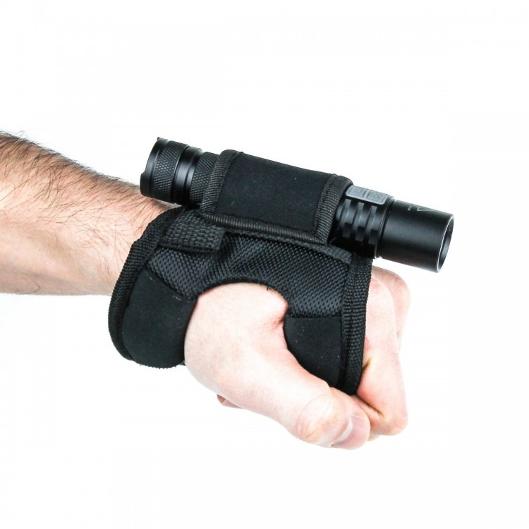 Крепление на руку для фонарей АвантмаркетАксессуары к фонарям<br>Описание крепления на руку для фонарей: <br>Крепление для фонаря на руку позволит вам <br>сохранить мобильность и свободу передвижения, <br>обеспечив при этом должный уровень освещения, <br>ведь при использовании данного аксессуара <br>вам не придется постоянно удерживать фонарь <br>в руках. Данное крепление на руку наверняка <br>найдёт применение как в туристических походах, <br>так и во время спортивных игр наподобие <br>страйкбола. Также представленное крепление <br>на руку пригодится для новичков и для профессионалов <br>в дайвинге. Ведь с его помощью вы сможет <br>освещать фонарем пространство в любом выбранном <br>направлении, благодаря чему вы сможет выполнять <br>ту или иную задачу с максимальным комфортом, <br>к примеру, доставать какой-либо предмет <br>со дна водоема. Представленное крепление <br>на руку выполнено из легких полимерных <br>материалов (нейлона, неопрена и пластика) <br>ввиду чего оно практически не ощущается <br>при ношении и имеет хорошую прочность. Особенности <br>конструкции позволяют надевать данное <br>крепление, как на правую, так и на левую <br>руку. А фиксируемые застежки обеспечат <br>плотное прилегание к ладони, какого бы размера <br>она ни была. Особенности: основной материал <br>– высокопрочный нейлон; присутствуют накладки <br>из неопрена, делающие эксплуатацию представленного <br>крепления на руку максимально комфортной; <br>благодаря продуманности конструкции, подходит <br>как для левшей, так и для правшей; регулируемые <br>застежки позволят «подогнать» крепление <br>под индивидуальные размеры ладони (даже <br>при условии надетой перчатки); в модели <br>покрупнее, место для фонаря, также имеет <br>регулируемую застежку, благодаря чему вы <br>сможете разместить в таком креплении практически <br>любой ручной фонарь; в варианте поменьше <br>крепление для фонаря не имеет регулируемых <br>застежек и предназначено для установки <br>фонарей с диаметром корпуса 24-28 мм;