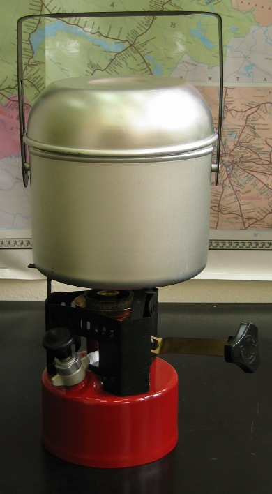 Примус Дастан-1 в футляре (алюмин. котелок) Горелки<br>Примус туристический предназначен для <br>приготовления пищи и кипячения воды в походных <br>условиях альпинистами, туристами, охотниками, <br>рыболовами, дачниками. Примус (дастан) состоит <br>из бачка, на котором установлены горелка, <br>предохранительный клапан, насос и ветрозащитный <br>кожух со стойками для установки посуды. <br>Примус работает на чистом автомобильном <br>бензине. Примус туристический Дастан выгодно <br>отличается от аналогов компактностью, удобством <br>пользования, надежностью в работе. Примус <br>можно эксплуатировать в условиях высокогорья <br>при температуре от – 30 градусов С до + 40 <br>градусов С. Технические характеристики <br>примуса туристического Дастан: Емкость <br>бачка, л 0,8 Время непрерывного горения при <br>полной заправке, час 3,5 - 5 Время нагрева <br>2л воды до 95 градусов С при температуре воздуха <br>не ниже 16 градусов С, мин 10 Максимальный <br>диаметр посуды, устанавливаемой на примус, <br>мм 210 Габаритные размеры, мм: диаметр 136 высота <br>158 масса (без заправки), кг 1.68<br>
