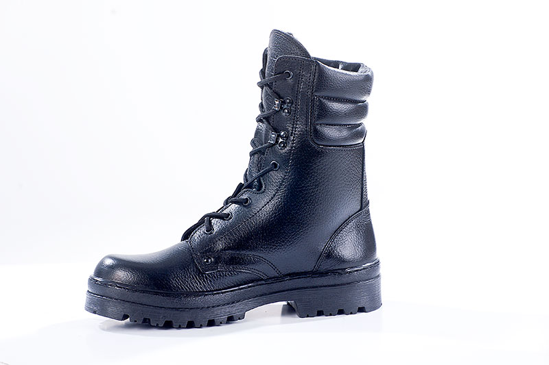 Ботинки с высоким берцем Бутекс Омон иск.мехБерцы<br>Зимние ботинки с высоким (24 см) берцем на <br>подошве из ТЭП (термоэластопласт) клее-прошивного <br>метода крепления. Ботинки изготовлены из <br>натуральной хромовой кожи толщиной 1,6 мм. <br>В качестве утеплителя используется набивной <br>искусственный мех. Носочная и пяточная <br>часть ботинка для сохранения формы продублированы <br>термопластическим материалом. Глухой клапан <br>препятствует попаданию внутрь ботинка <br>посторонних предметов. Данная модель пользуется <br>успехом у сотрудников силовых структур <br>и у людей, увлекающихся активными видами <br>отдыха на природе<br><br>Пол: мужской<br>Размер: 40<br>Сезон: зима<br>Цвет: черный
