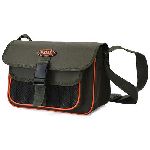 Cумка плечевая ХСН для рыболовных снастей Сумки, рюкзаки, емкости<br>Вместительная сумка рыбака совершенно <br>необходима для любой рыбалки. Также она <br>является надежной защитой снастей от внешних <br>воздействий. В комплекте 3 коробки 25 х 19 <br>х 0,4 см.<br><br>Сезон: Всесезонная<br>Материал: Oxford 600 D ПВХ
