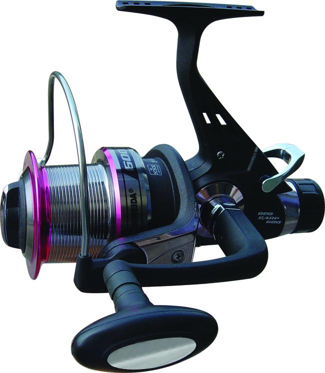 Катушка б/ин. SWD Red Carp 600 6+1BB (байтраннер, Безынерционные<br>Безинерционная катушка SWD RED CARP с задним <br>и передним тормозом (система байтраннер). <br>Предназначена для ловли крупной рыбы. Комплектуется <br>6+1 шарикоподшипниками. Передаточное число <br>4,1:1. Лесоемкость шпули 0.3/350, 0.4/190, 0.5/120. В конструкции <br>данной катушки применена система бесконечный <br>винт, позволяющая равномерно укладывать <br>леску на шпулю катушки. В комплект входит <br>запасная шпуля из аллюминиевого сплава. <br>Предусмотрена возможность перестановки <br>рукояти катушки под правую или левую руку.<br>