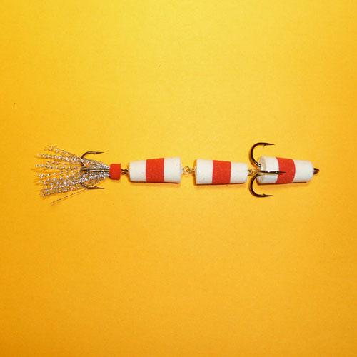 Приманка Джиг. Флажок 130 Бел./крас./бел.Джиговые (мандула)<br>Приманка джиг. ФЛАЖОК 130 бел./крас./бел. Модель <br>№130/2 тройника/ классика, судаковая/уп. 5шт. <br>Модель №130 – 3-х-секционная приманка с двумя <br>тройниками, предназначенная в первую очередь <br>для судака, когда он предпочитает некоего <br>«червячка». Отличается она и игрой – виляет <br>хвостиком, что особенно заметно при медленной <br>проводке. Практика показала, что и крупная <br>щука также не прочь полакомиться приманкой <br>несколько большего размера. Применяется <br>в незакоряженных водоемах. Тройники №1/0 <br>Kumho и №4 Sung-Woon (Корея).<br><br>Сезон: Летний