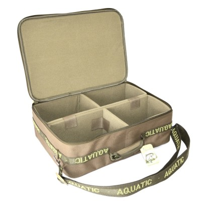 Сумка Aquatic для катушек 31?40?12Сумки<br>Сумка для хранения и переноски 4 карповых <br>катушек или других принадлежностей. Внутренние <br>перегородки регулируются на липучках. <br>Размеры: 31?40?12 см. В данную сумку помещаются <br>нижеперечисленные катушки: Daiwa Crosscast 5500 <br>Daiwa Windcast 5500 Daiwa Black Widow 4500 Daiwa Black Widow 5000 Daiwa <br>Black Widow 5500 Daiwa Emcast 5500 Daiwa Linear X 5000 FOX FX 11 FOX 12000 <br>C Mifine XS 12000 Kaida HD 70 A Kaida HD 80 A Kaida DRA 6000<br>