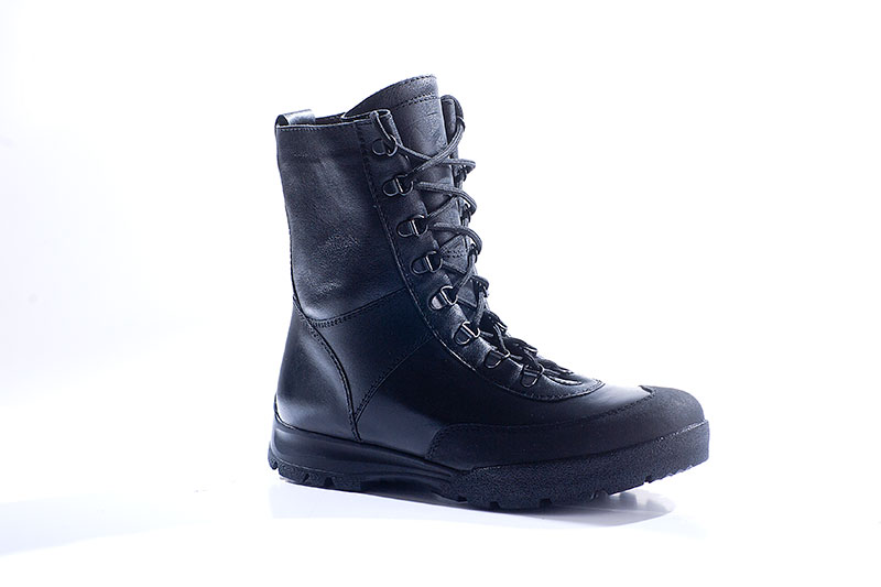 Ботинки штурмовые с высоким берцем Бутекс Берцы<br>Зимние ботинки на двухслойной (ПУ +резина) <br>подошве клеевого метода крепления. Ботинки <br>изготовлены из гладкой натуральной хромовой <br>кожи толщиной 1,6 мм. В качестве утеплителя <br>используется набивной шерстяной мех с содержанием <br>(70%)шерсти мериноса. Передняя часть ботинка <br>защищена от механических повреждений и <br>влаги накладкой из кожи «Матрикс». Носочная <br>и пяточная часть ботинка для сохранения <br>формы продублированы термопластическим <br>материалом. Д - образная фурнитура для шнуровки <br>позволяет быстро снять и надеть ботинок, <br>не вынимая шнурка из петель. Глухой клапан <br>препятствует попаданию внутрь ботинка <br>посторонних предметов и снега. Данная модель <br>пользуется успехом у молодёжи и у людей, <br>увлекающихся активными видами отдыха на <br>природе.<br><br>Пол: мужской<br>Размер: 43<br>Сезон: зима<br>Цвет: черный
