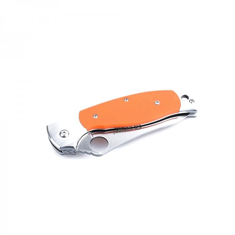 Нож Ganzo G7371 (черный, оранжевый)Карманные ножи<br>Описание Ganzo G7371: Модель Ganzo G7371 выглядит <br>внушительно и солидно. При этом, нож имеет <br>совсем небольшие размеры, а в сложенном <br>состоянии легко умещается в карман. Производители <br>выбрали для него одну из наиболее сбалансированных <br>нержавеющих сталей &amp;mdash; 440С. При высокой <br>стойкости к коррозии, этот металл можно <br>закалить до твердости 58HRC. Сталь с такими <br>показателями относительно легко затачивается, <br>но долго не затупляется. Заточка в модели <br>Ganzo G7371 &amp;mdash; гладкая. Размерные характеристики <br>клинка по длине &amp;mdash; 89 мм, по ширине обуха <br>&amp;mdash; 0, 33 см. Клинок обработан методом сатинирования, <br>отчего его поверхность стала блестящей, <br>с едва заметными следами шлифовки поперек <br>лезвия. В сторону рукояти клинок существенно <br>расширяется и на нем есть сквозное круглое <br>отверстие. С помощью этого отверстия, которое <br>выполняет роль шпенька, сложенный нож можно <br>легко открыть. В него встроен классический <br>замок Liner с максимально простой, но непререкаемо <br>надежной конструкцией. Он делает использование <br>Ganzo G7371 безопасным при любых условиях. Рукоятка <br>ножа скомбинирована из двух материалов: <br>стали и стеклопластика. Стальные элементы <br>&amp;mdash; это основа, окончания рукоятки с обеих <br>сторон, а также прижимная клипса. Все они <br>тщательно отполированы, что добавляет ножу <br>презентабельности. Центральная часть с <br>обеих сторон представлена накладками из <br>G10. Эта разновидность пластика прочнее других, <br>а потому хорошо себя зарекомендовала в <br>производстве ножей. Поверхность ручки &amp;mdash; <br>текстурная, чтобы его можно было крепче <br>держать, окрашена в черный или же оранжевый <br>цвет. Особенности: складной нож; используется <br>сталь сорта 440С; твердость металла после <br>закалки &amp;mdash; 58HRC; длина лезвия &amp;mdash; 89 мм; ширина <br>обуха &amp;mdash; 0, 33 см; для рукояти испо