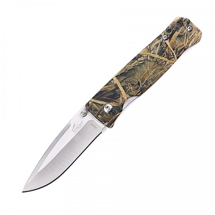 Нож Enlan M018CAКарманные ножи<br>Описание складного ножа Enlan M018CA:В походе <br>очень многое зависит от качества снаряжения, <br>именно поэтому при выборе экипировки, следует <br>отдавать предпочтение всемирно известным <br>и проверенным брендам, продукция которых <br>уже успела себя зарекомендовать с лучшей <br>стороны. При выборе походного ножа, не следует <br>забывать о том, что вам, скорее всего, также <br>потребуется и небольшой, вспомогательный <br>нож, с помощью которого вы сможете готовить <br>пищу, проводить мелкий ремонт или просто <br>будете использовать его как дополнительный <br>инструмент при выполнении какой-либо задачи. <br>Модель Enlan M018CA может стать отличным претендентом <br>на данную роль. Ведь благодаря высокому <br>качеству изготовления, удачной компоновке <br>и отличной эргономике, представленный нож <br>выдерживает довольно серьезные физические <br>нагрузки. А продуманная форма рукояти и <br>её размеры, позволяют с комфортом удерживать <br>нож M018CA практически любым хватом. Благодаря <br>использованию стали 8Cr13Mov для изготовления <br>клинка, лезвие ножа не ржавеет при длительном <br>контакте с влагой. А термическая обработка <br>обеспечивает клинку твердость на уровне <br>58-60 HRC, ввиду чего режущая кромка долго сохраняет <br>остроту. Накладки на рукоять изготовлены <br>из анодированного алюминия, ввиду чего <br>они прекрасно сочетают в себе легкость <br>и прочность. Особая структура поверхности <br>рукояти, напоминающая крупную чешую, препятствует <br>скольжению Enlan M018CA в ладони.Особенности: <br>тип ножа – складной; в длину (в открытом <br>положении) нож достигает 16,8 см; на клинок <br>приходится 7,4 см; толщина клинка у обуха <br>– 2,5 мм; форма лезвия – Clip-point; для изготовления <br>клинка была использована нержавеющая сталь <br>марки 8Cr13Mov; шпенек – односторонний (под <br>правую руку); твердость клинка по шкале <br>Роквелла – 58-60 (HRC); тип замка – Liner-lock; материал <br>накладок на рукоять – анодированного а