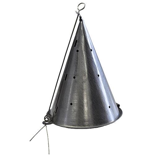 Кормушка Зимняя Конус Большая МеталлКормушки<br>Кормушка зимняя КОНУС большая металл метал./разм.120х90(мм) <br>Кормушки для прикармливания рыбы со льда. <br>Замок-пружинка позволяет выгрузить кормушку <br>на любой глубине - компактно рассыпая прикормку <br>на дне или рассыпая её на большое расстояние <br>в толще воды.<br><br>Сезон: зима