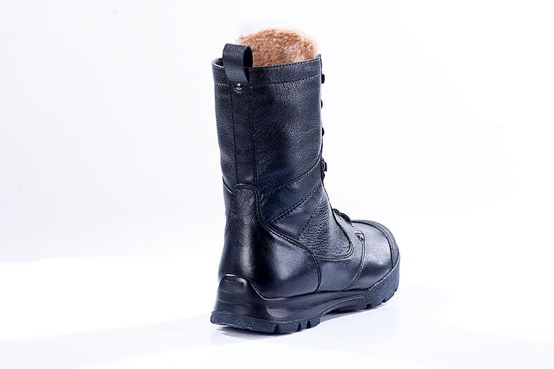 Ботинки Бутекс 5022 Сапсан, кожа, черные, Берцы<br>Зимние ботинки на двухслойной (ПУ +резина) <br>подошве клеевого метода крепления. Ботинки <br>изготовлены из гладкой натуральной хромовой <br>кожи толщиной 1.4-1,6 мм. В качестве утеплителя <br>используется набивной шерстяной мех с содержанием <br>(70%)шерсти мериноса. Передняя часть ботинка <br>защищена от механических повреждений и <br>влаги накладкой из кожи «Матрикс». Носочная <br>и пяточная часть ботинка для сохранения <br>формы усилены термопластическим материалом. <br>На верхней части берца крючки для быстрой <br>шнуровки. Глухой клапан препятствует попаданию <br>внутрь ботинка посторонних предметов и <br>снега. Данная модель пользуется успехом <br>у молодёжи и у людей, увлекающихся активными <br>видами отдыха на природе.<br><br>Пол: мужской<br>Размер: 43<br>Сезон: зима<br>Цвет: черный