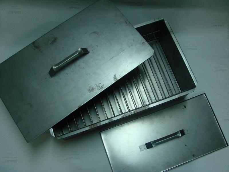 Коптильня двухъярусная (480х280х170, поддон) Коптильни<br>Коптильни двухъярусные металлические <br>предназначены для горячего копчения продуктов <br>на открытом воздухе. Благодаря небольшим <br>размерам и малому весу они могут применяться <br>повсюду - на рыбалке и на охоте, на пикнике <br>и в походе, в путешествии и на даче. В качестве <br>источников тепла могут быть использованы <br>огонь костра или горящие угли в мангале. <br>Предупреждение: во избежание порезов и <br>ожогов сборку/разборку и эксплуатацию коптильни <br>производите в перчатках. Коптильня соответствует <br>санитарно-эпидемиологическим требованиям, <br>правилам и нормативам.<br>