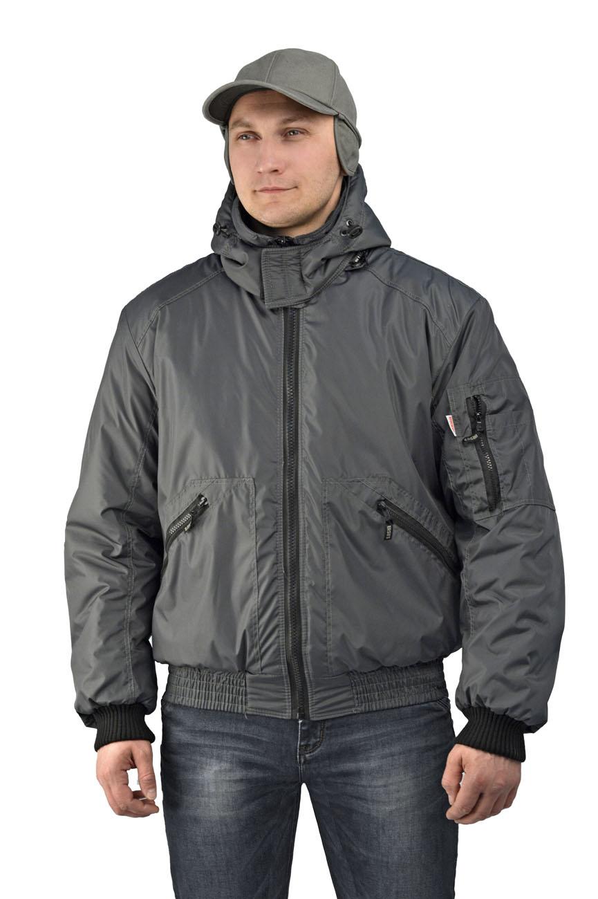 Куртка мужская Бомбер демисезонная тк.Джордан Куртки утепленные<br>Куртка с отстёгивающимся капюшоном укороченная, <br>с центральной застежкой на разъемную молнию, <br>на притачном трикотажном поясе, воротник <br>стойка, рукав втачной. На полочках расположены <br>нижние накладные карманы, застегивающиеся <br>на тесьму-молнию. Полочки и спинка с притачной <br>кокеткой. Рукава трехшовные, с притачной <br>трикотажной манжетой. На левом рукаве на <br>средней части расположен двойной накладной <br>карман, застегивающийся на тесьму-молнию. <br>Воротник - стойка. Нижний воротник из флиса <br>с обтачкой из основной ткани. Левая полочка <br>подкладки с накладным карманом, застегивающимся <br>на контактную ленту.<br><br>Пол: мужской<br>Размер: 60-62<br>Рост: 182-188<br>Сезон: демисезонный<br>Цвет: серый<br>Материал: Полиэстер