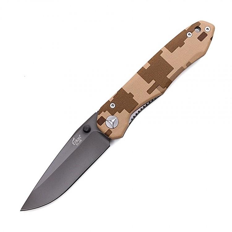 Нож Enlan EL-06PFКарманные ножи<br>Описание складного ножа Enlan EL06PF:Карманный <br>нож по праву считается незаменимым инструментом, <br>ведь он может применяться для решения разнообразных <br>задач. А благодаря особенностям конструкции, <br>такой нож может транспортироваться практически <br>в любом удобном для вас месте, например, <br>в кармане брюк, на поясе, в рюкзаке и т.к. <br>Ввиду того, что в сложенном состоянии клинок <br>прячется в рукоять, вам вовсе не обязательно <br>использовать для хранения «складника» <br>ножны, чехол или другой подобный аксессуар. <br>Модель Enlan EL-06 PF была специально разработана <br>для различных походов и подходит для выполнения <br>разнообразных задач, будь-то приготовление <br>пищи, проведение мелкого ремонта или обустройство <br>лагеря. Лезвие ножа изготовлено из высокопрочной <br>стали марки 9Cr13MoV, которая благодаря высокому <br>содержанию углерода, делает клинок Enlan EL-06 <br>PF действительно прочным. А примеси хрома, <br>ванадия и молибдена значительно повышают <br>«живучесть» клинка. На долговечности лезвия, <br>также позитивно сказывается заводская <br>закалка, которая придает ему твердость <br>на уровне 58-60 HRC. Это позволяет ножу Enlan EL-06 <br>PF долго сохранять заточку. Для защиты лезвия <br>ножа от влаги, на него нанесено специальное <br>покрытие темно-серого цвета. Рукоять ножа <br>также состоит из нержавеющей стали. Однако <br>в отличие от клинка, она имеет цифровой <br>песочный камуфляж. Качественная обработка <br>и эргономичные формы, позволяют надежно <br>удерживать нож в руках практически любым <br>хватом. Особенности: тип ножа по конструкции <br>– складной; длина ножа Enlan EL-06 PF в открытом <br>положении - 21,2 см, а в закрытом – 12,0 см; клинок <br>ножа изготовлен из нержавеющей стали марки <br>9Cr13MoV; толщина лезвия у обуха составляет <br>3,5 мм; на клинке присутствует специальное <br>защитное покрытие темно-серого цвета; шпенек <br>– односторонний (под правую руку); тип замка <br>– Liner-loc