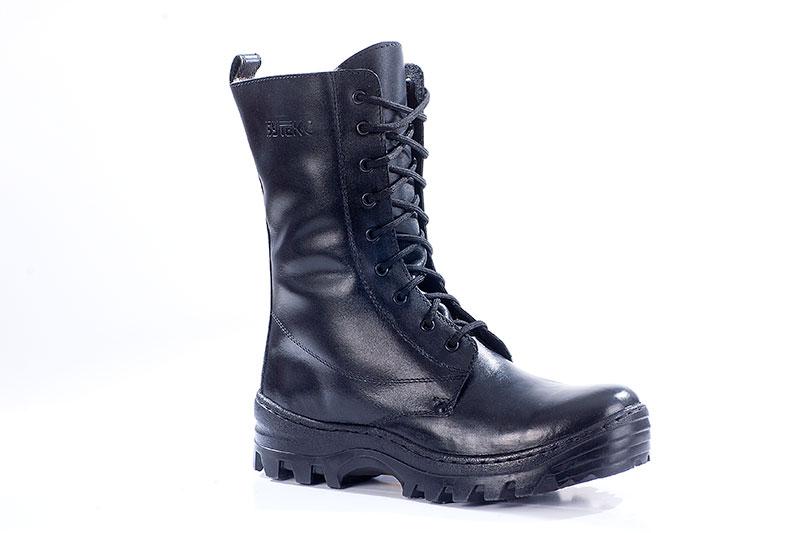 Ботинки с высоким берцем Бутекс Авиатор Берцы<br>Зимние ботинки с высоким (24 см) берцем на <br>подошве из ТЭП (термоэластопласт) клее-прошивного <br>метода крепления. Ботинки изготовлены из <br>натуральной хромовой кожи толщиной 1,6 мм. <br>Носок и пятка подошвы приподняты, что создаёт <br>удобство при ходьбе. В качестве утеплителя <br>используется натуральный мех овчина. Носочная <br>и пяточная часть ботинка для сохранения <br>формы продублированы термопластическим <br>материалом. С тыльной стороны берца находится <br>застёжка молния, закрытая изнутри кожаным <br>клапаном. Молния позволяет снимать и одевать <br>обувь без помощи шнуровки. Эта модель удобна <br>для людей с высоким подъёмом ноги. Глухой <br>клапан препятствует попаданию внутрь ботинка <br>посторонних предметов и снега. Данная модель <br>пользуется успехом у сотрудников силовых <br>структур и у людей, увлекающихся активными <br>видами отдыха на природе.<br><br>Пол: мужской<br>Размер: 40<br>Сезон: зима<br>Цвет: черный