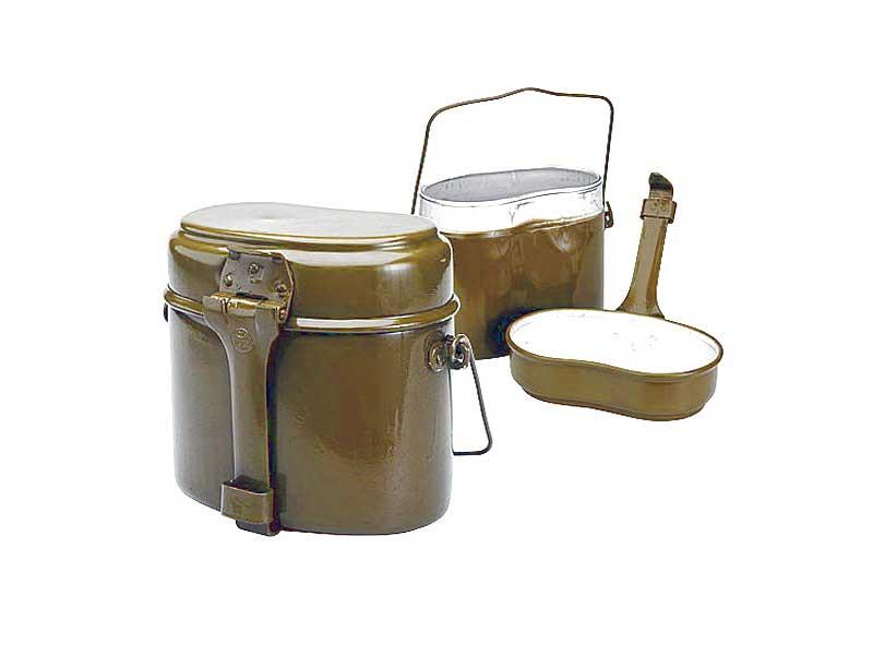 Котелок армейскийКотелки, каны<br>Котелок очень удобен и практичен для охотника <br>и рыболова, в любом походе, для отдыха на <br>природе, для туриста. Верхняя часть работает <br>как тарелка или сковорода, нижняя как кастрюлька, <br>вместе-как котелок. Также может использоваться <br>как емкость для воды, для сбора ягод, рытья <br>мягких грунтов, и многого-многого другого, <br>применяя русскую смекалку! Можно готовить <br>на открытом огне. В походе в него укладываются <br>кружка, ложка, продукты и пр. Цельнотянутый <br>пищевой алюминий. Очень легкий и прочный.<br>